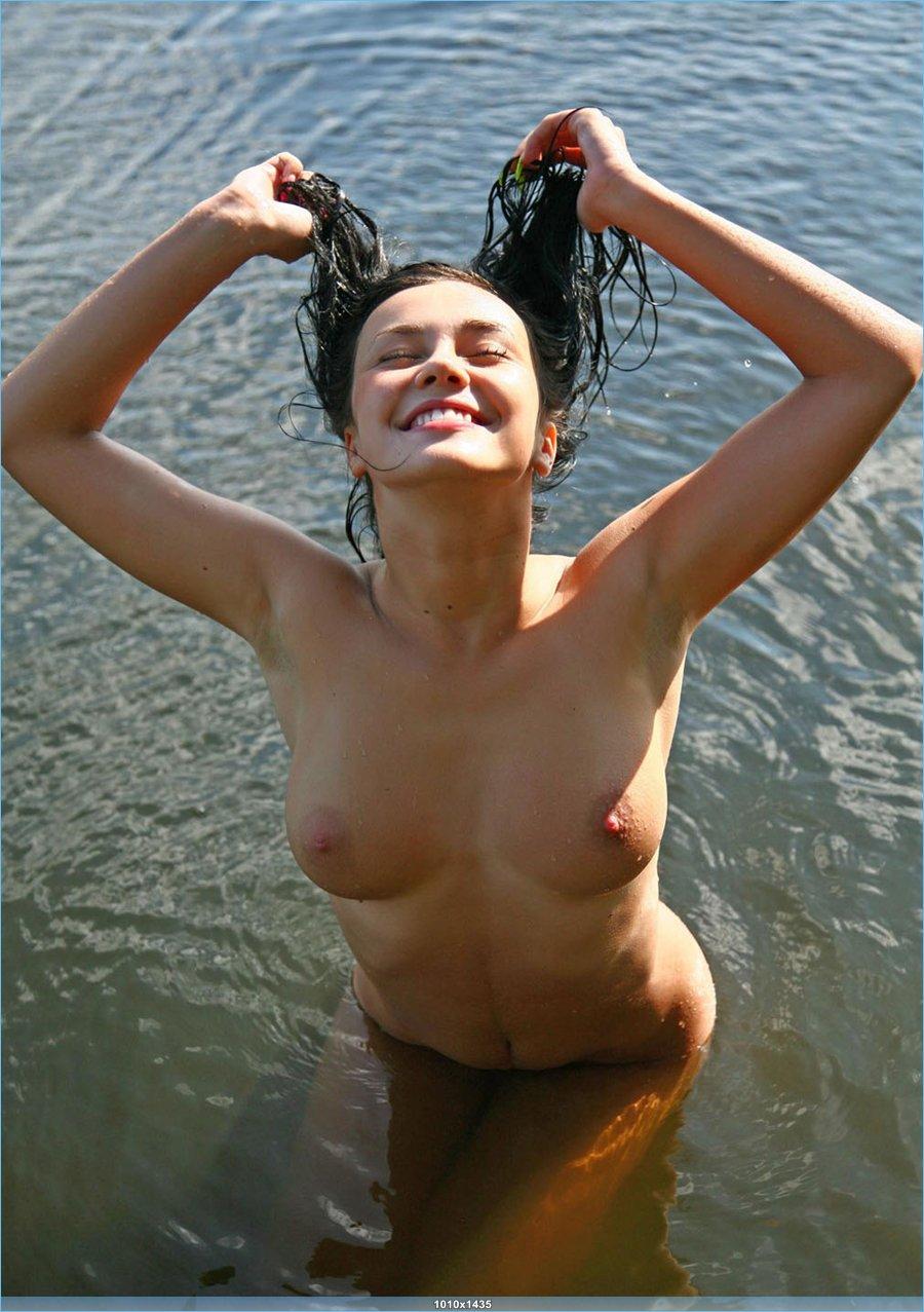 Позитивная эротика полногрудой брюнетки на озере