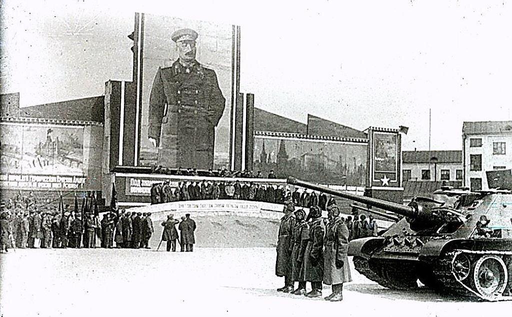 Фото-- Оцуп. Митинг на одном из заводов Урала, посвященный сдаче танков для фронта.