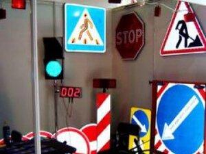 В Уссурийске обновляются старые дорожные знаки