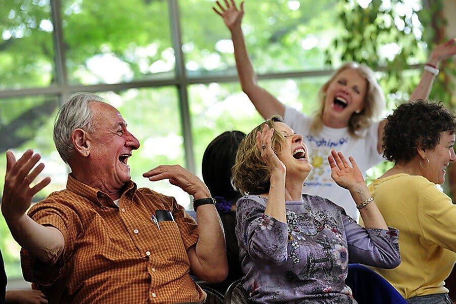 смеющийся человек фото это центральный проход