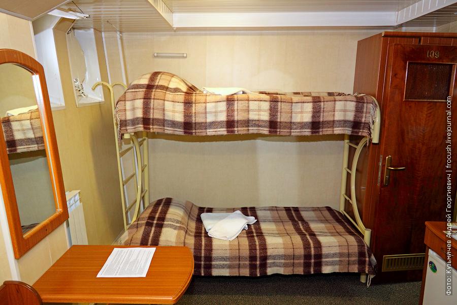 Трехместная двухъярусная каюта №109 на нижней палубе теплохода «Н.А.Некрасов»