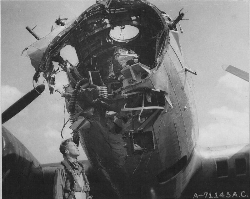Американский бомбардировщик B-17G-35VE (серийный номер 42-97890) после тяжелых повреждений