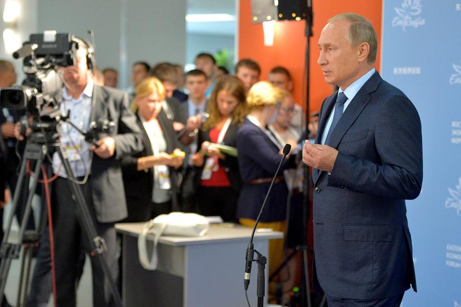 Путин отвечает журналистом на полях Восточного экономического форума, 4.09.15.png