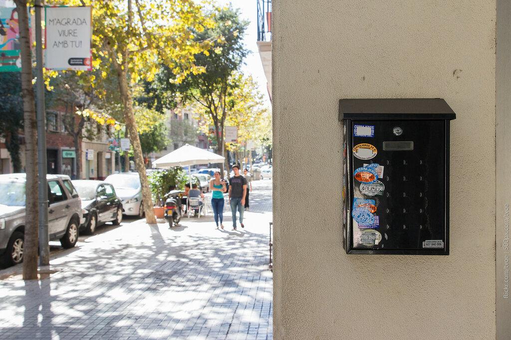 Наклейки слесарных услуг на улице Барселоны