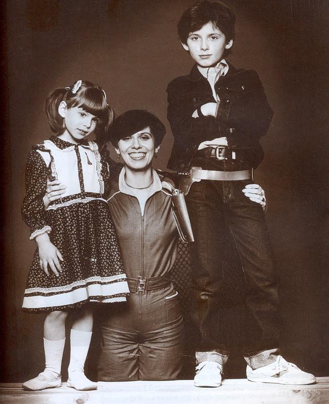 13. Дети Плотникова – Ксения и Степан с мамой Ириной Собиновой-Кассиль. Москва, 1983 год. Фото