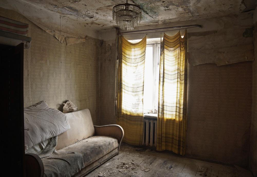 Это квартира в 12-этажном доме, в котором около 60% квартир заброшено. Отопления в доме нет, люди гр