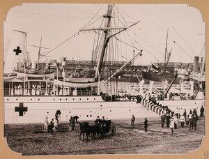Принцесса Евгения Максимилиановна Ольденбургская  (в группе слева) и сопровождающие её лица, провожают в путь плавучий госпиталь, разместившийся на пароходе Царица.