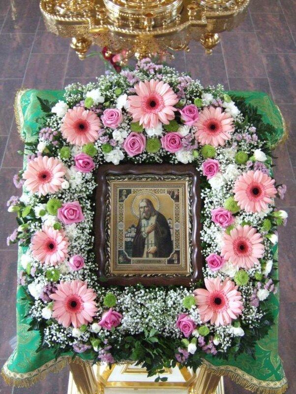 Киот здесь оформлен менее официально. Использованы крупные розовые герберы,  кустовые розы и хризантемы. 184787bccad