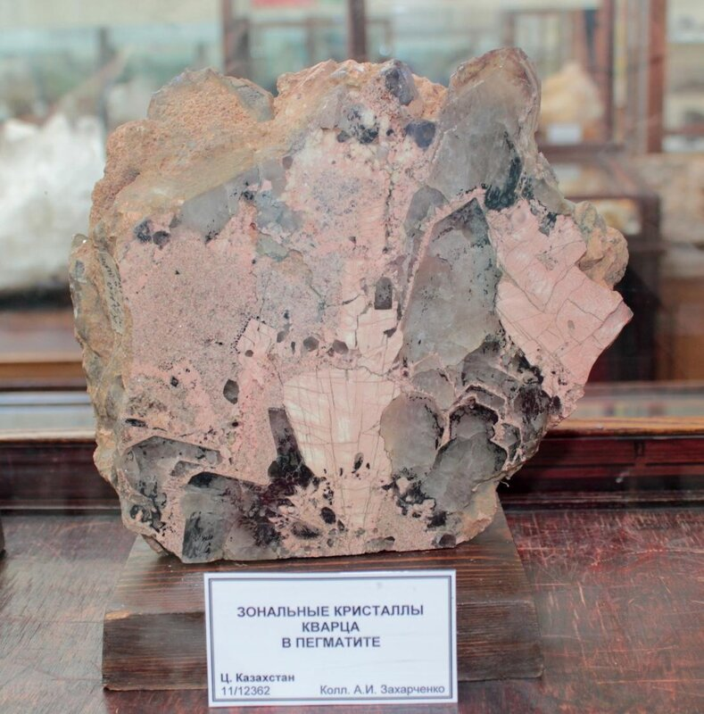 Зональные кристаллы кварца в пегматите