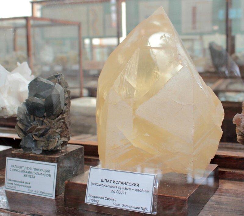 Кальцит двух генераций с присыпками сульфидов железа; исландский шпат (гексагональная призма - двойник по 0001)