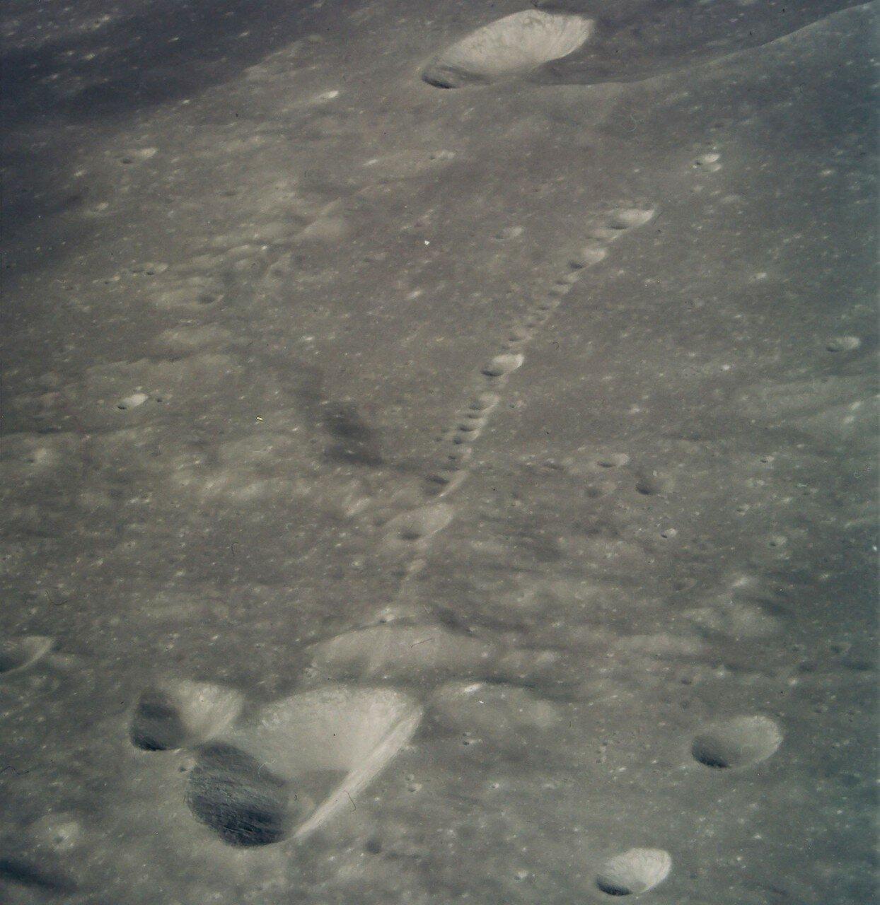 Спуск в автоматическом режиме был рассчитан на 11 минут 32 секунды. На снимке: Цепь кратеров в районе Дэви Дж
