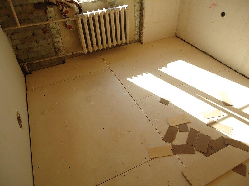 Нельзя забывать про небольшие зазоры между листами фанеры и между фанерой и стеной.