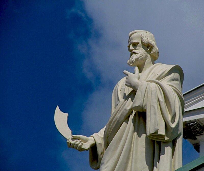 СКУЛЬПТУРЫ АПОСТОЛОВ НА ФРОНТОНАХ КАФЕДРАЛЬНОГО СОБОРА В ХЕЛЬСИНКИ