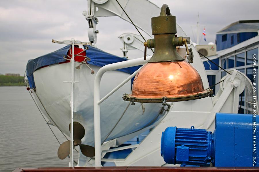 Лампа на шлюпочной палубе теплохода «Н.А.Некрасов»