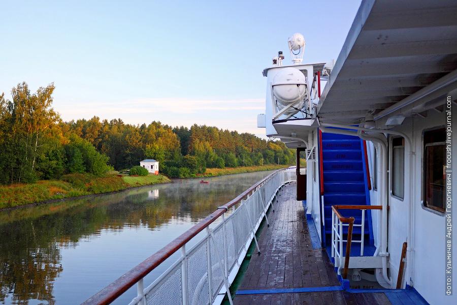 Левый борт шлюпочной палубы ранним утром