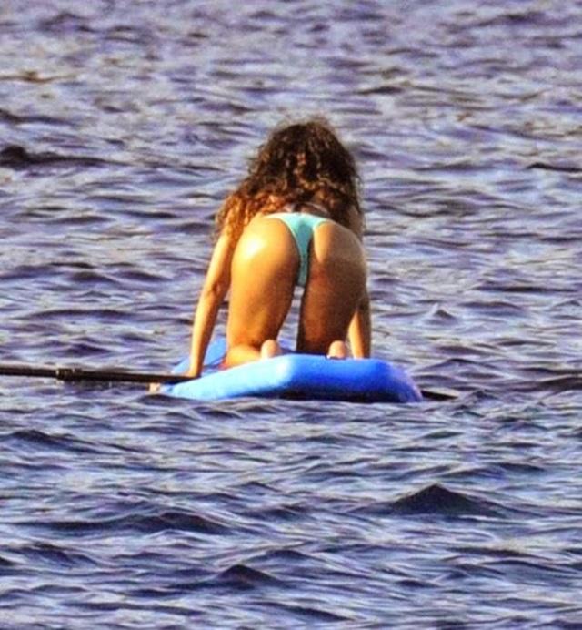 Рианна в бикини на пляжах Франции
