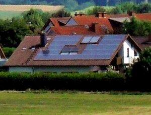 Вся крыша занята панелями солнечных батарей