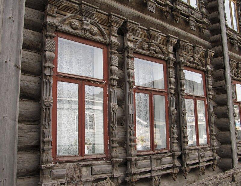 Окна старого дома.