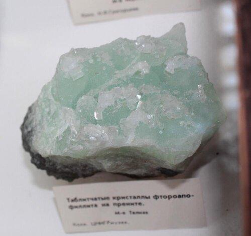 Таблитчатые кристаллы фтороапофиллита на прените