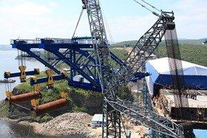 На о.Русском проведена уникальная операция по подъему монтажного агрегата на высоту 70 метров