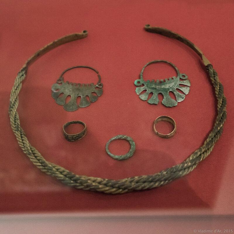 Женские украшения (гривна шейная, кольца височные семилопастные, перстни пластинчатые и витой).