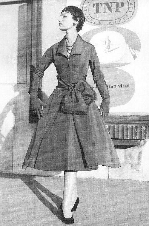 Приталенное расклешенное манто с бантом. Коллекция осень-зима 1955-1956  года. Из коллекции Александра Васильева. (н.э.) e3c4ad19704