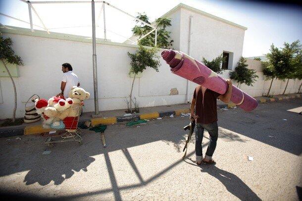 Libyan rebels loot from the Bab al-Azizi