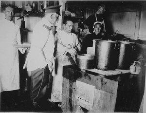 Повара за приготовлением обеда на кухне Кубанской баржи-лазарета
