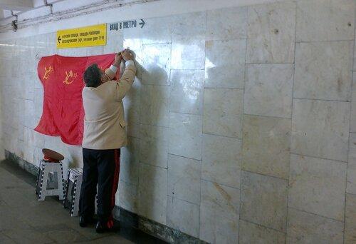 Сталин вешает красный флаг