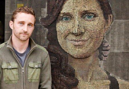 Эндрю Майерс рядом с деталью своей работы в городе Лагуна Бич