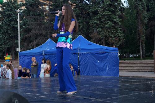 Девушка исполняет песню на итальянском