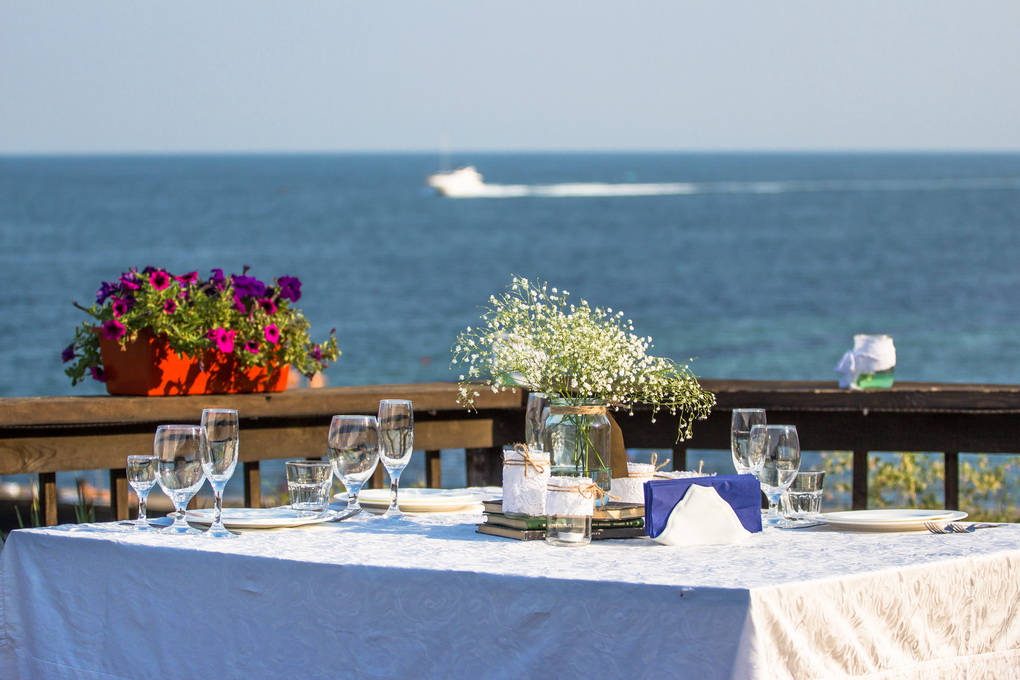 Elegant summer wedding table in front of the beach