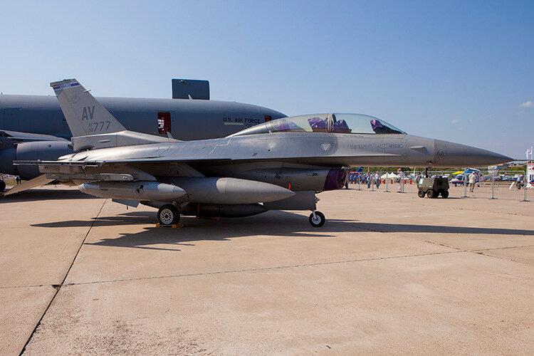 Истребитель ВВС США F-16. Кабина для двух пилотов