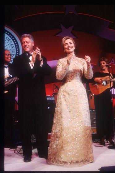 1997 год. Через 19 лет Хиллари Клинтон сама примет участие в президентской гонке, а пока она стоит р