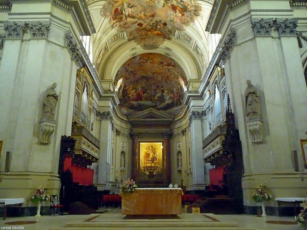 Главный алтарь собора.