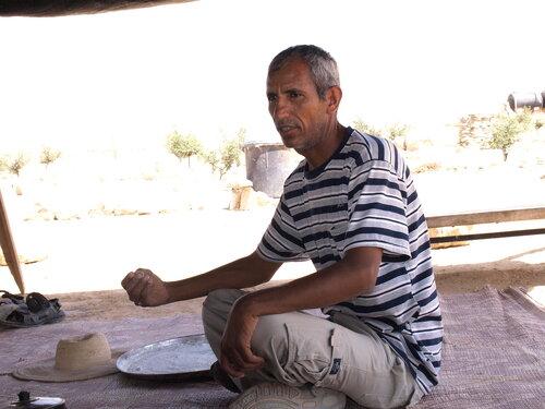 Бедуин Сулейман - рассказывает о своей судьбе и о том, как он учился в школе, куда приезжал на верблюде