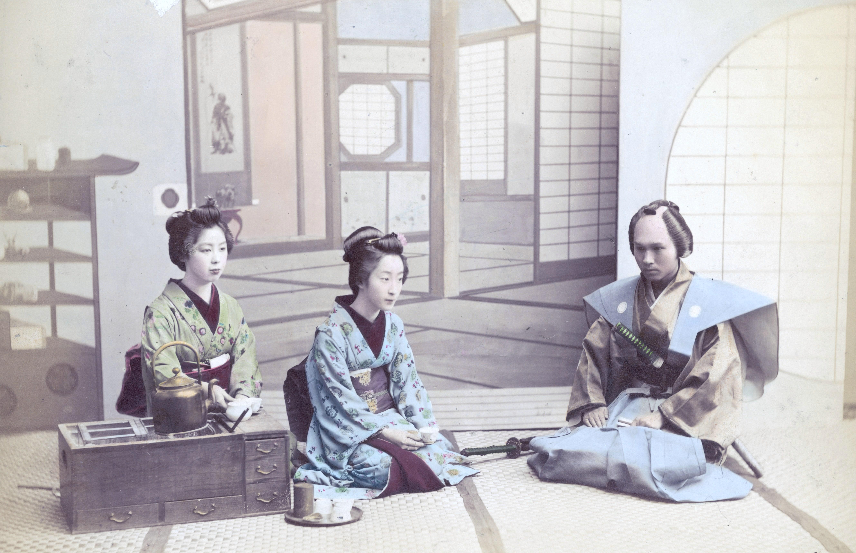 Две гейши принимают самурая, около 1880