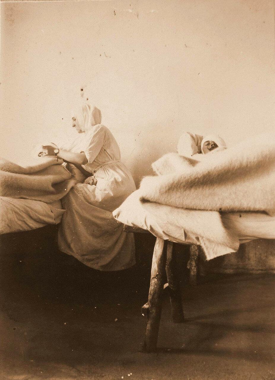 32. Сестра милосердия у постели раненого в одной из палат лазарета