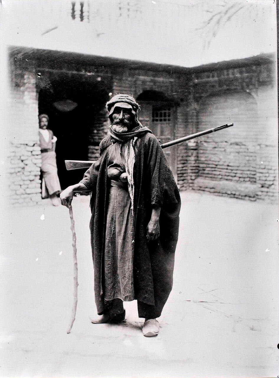 Араб во дворе дома