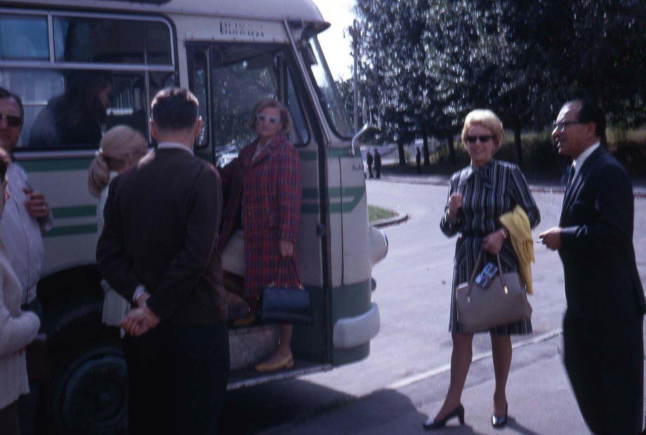 14. Люди возле автобуса