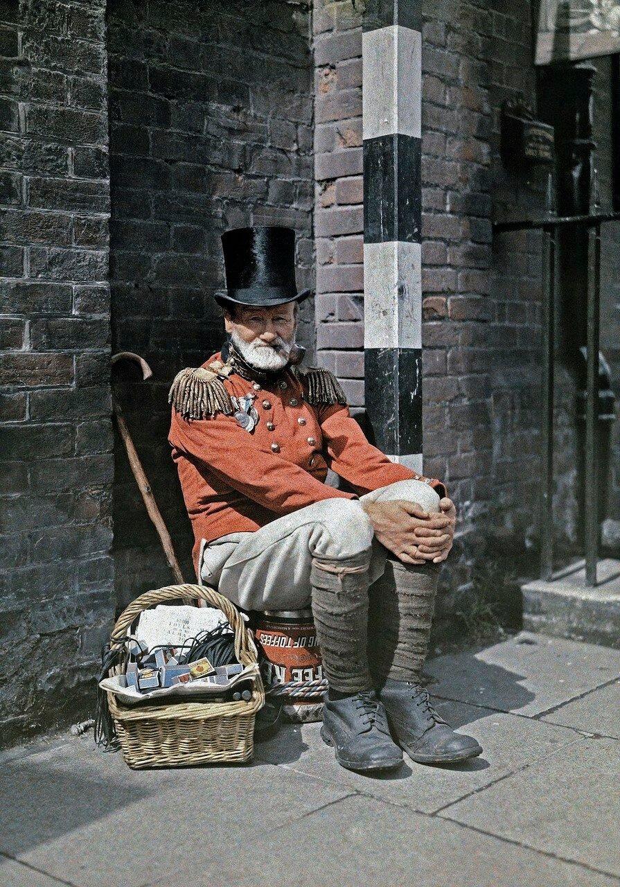 Ветеран войны продаёт спички на улице в Кентербери, графство Кент