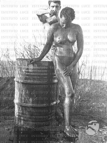 Soldato italiano aiuta una donna somala a lavarsi 04-05.1936 2.JPG