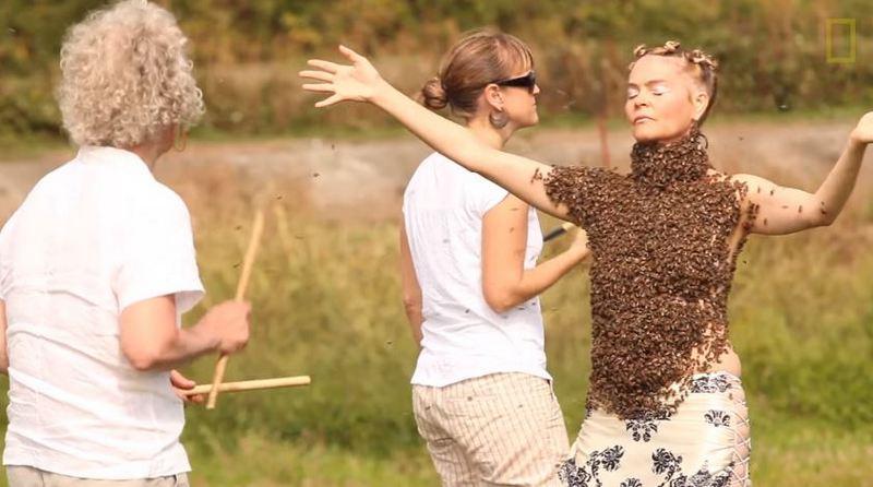 Американка исполнила танец с 10000 пчел на теле