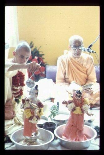Satsvarupa dasa Goswami  i Prabhupada - abhisheka