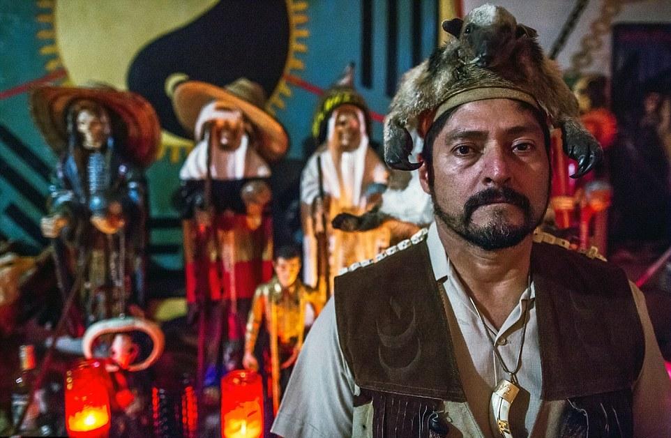 Главный шаман Энрике Вердон, голову которого украшает чучело муравьеда, говорит: «Наша черная ме