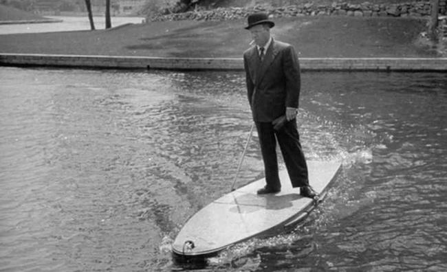 Такая доска для серфинга смотором была, повсей видимости, изобретена для настоящих денди.