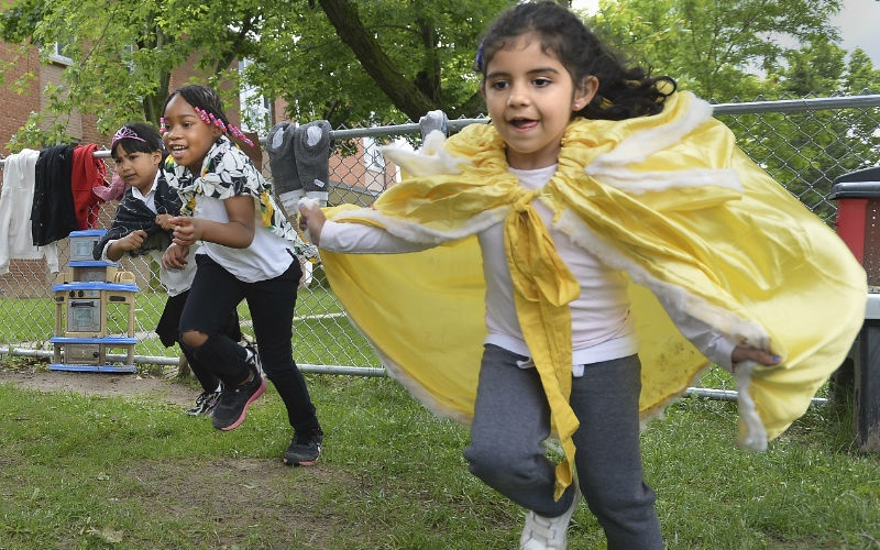 ВКанаде воспитатели стараются проводить сдетьми как можно больше времени наулице. Нафото дети иг