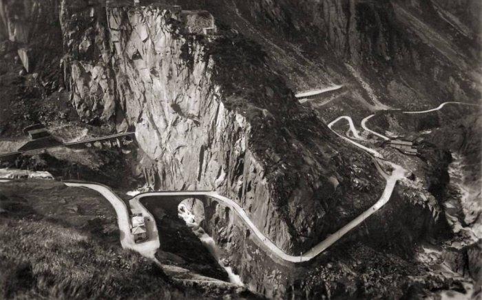 Со временем, здесь появился и туннель, а сам мост стал важным связующим звеном в транспортной систем
