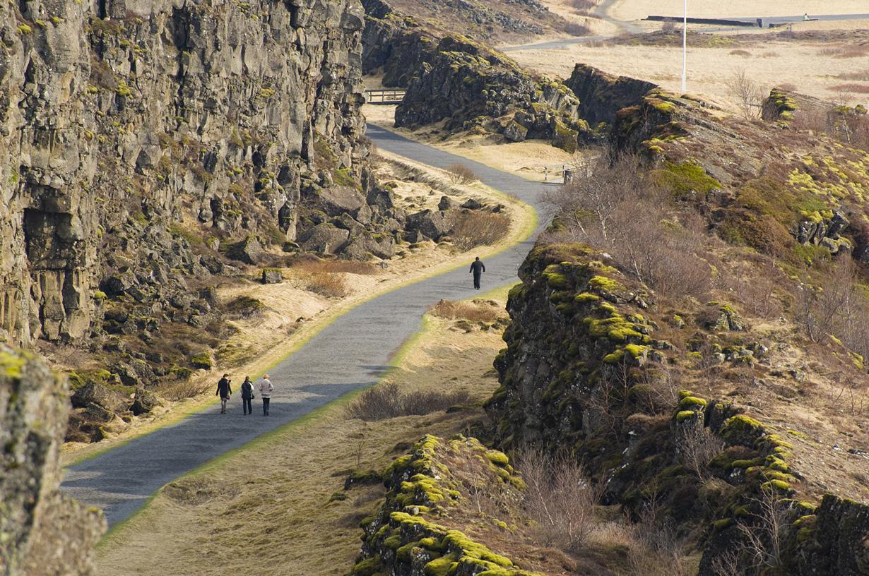 Исландия — одно из двух мест на планете, где можно наблюдать расхождение плит (Северо-Американск