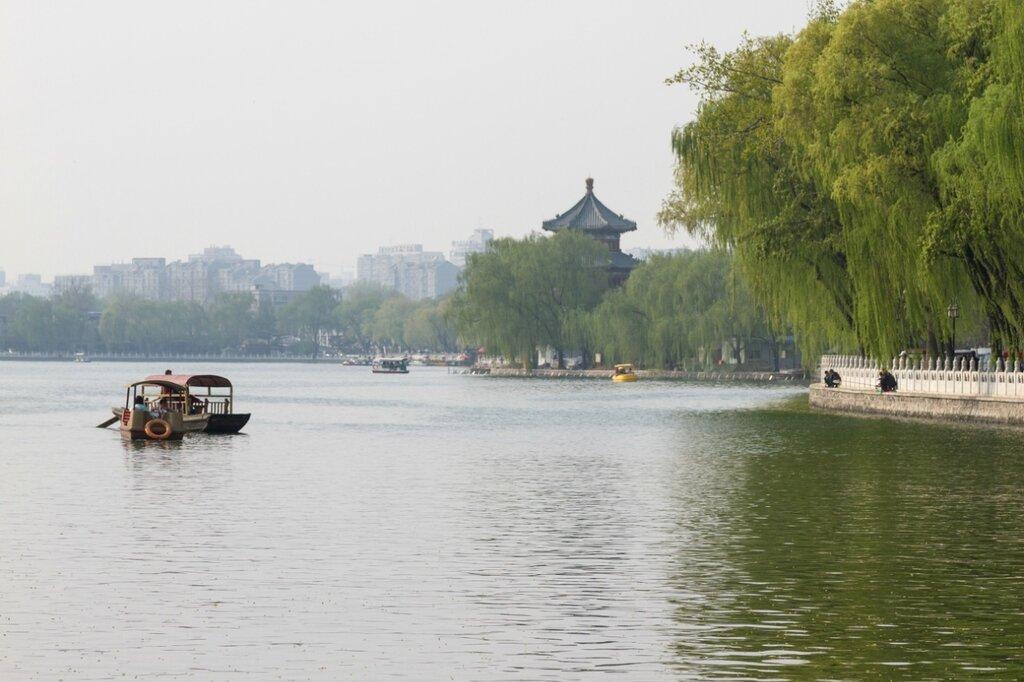 Северная набережная Хоухай и павильон для любования озером (Ванхайлоу), Шичахай, Пекин